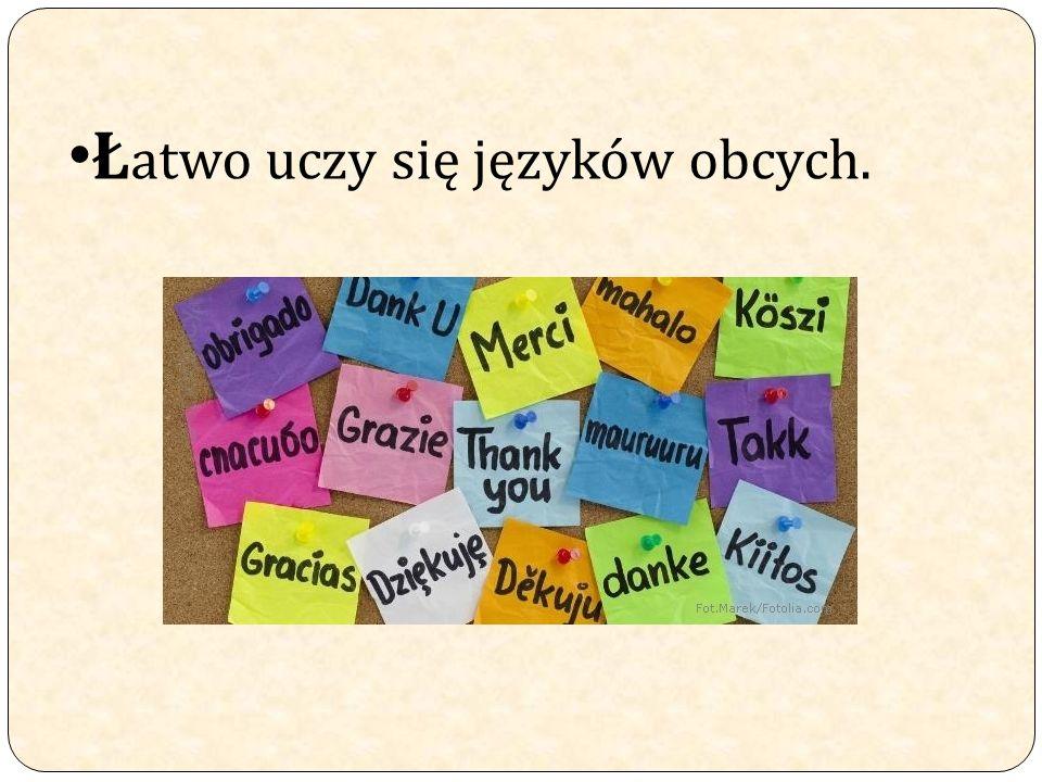 Ł atwo uczy się języków obcych.