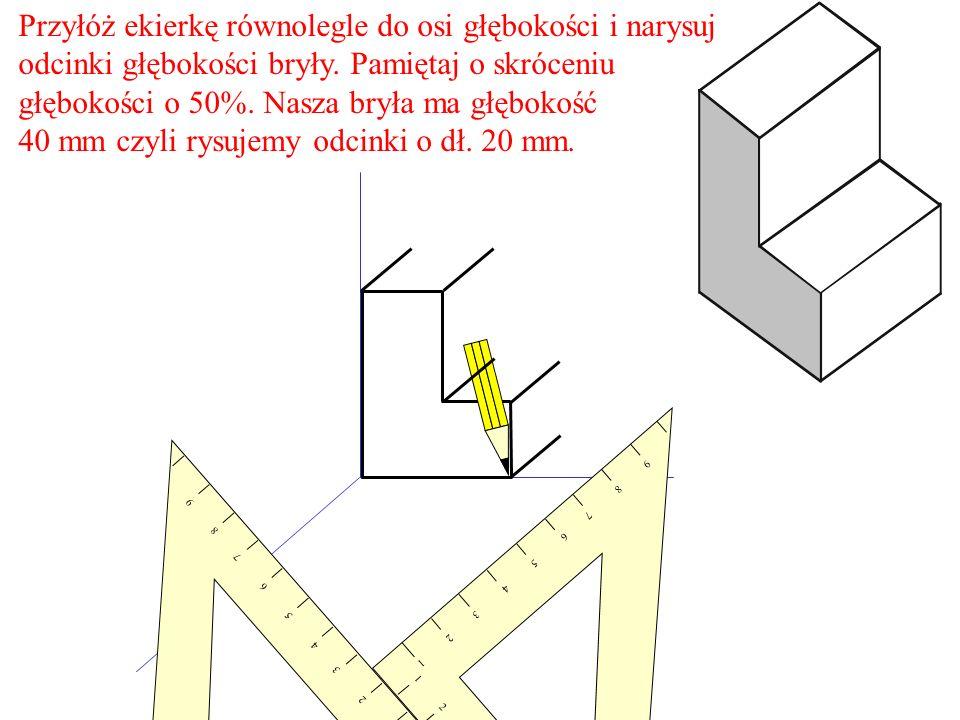 Przyłóż ekierkę równolegle do osi głębokości i narysuj odcinki głębokości bryły. Pamiętaj o skróceniu głębokości o 50%. Nasza bryła ma głębokość 40 mm