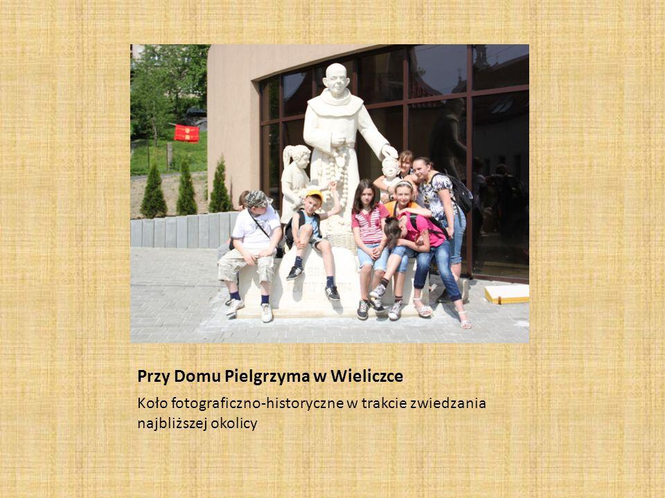 Przy Domu Pielgrzyma w Wieliczce Koło fotograficzno-historyczne w trakcie zwiedzania najbliższej okolicy