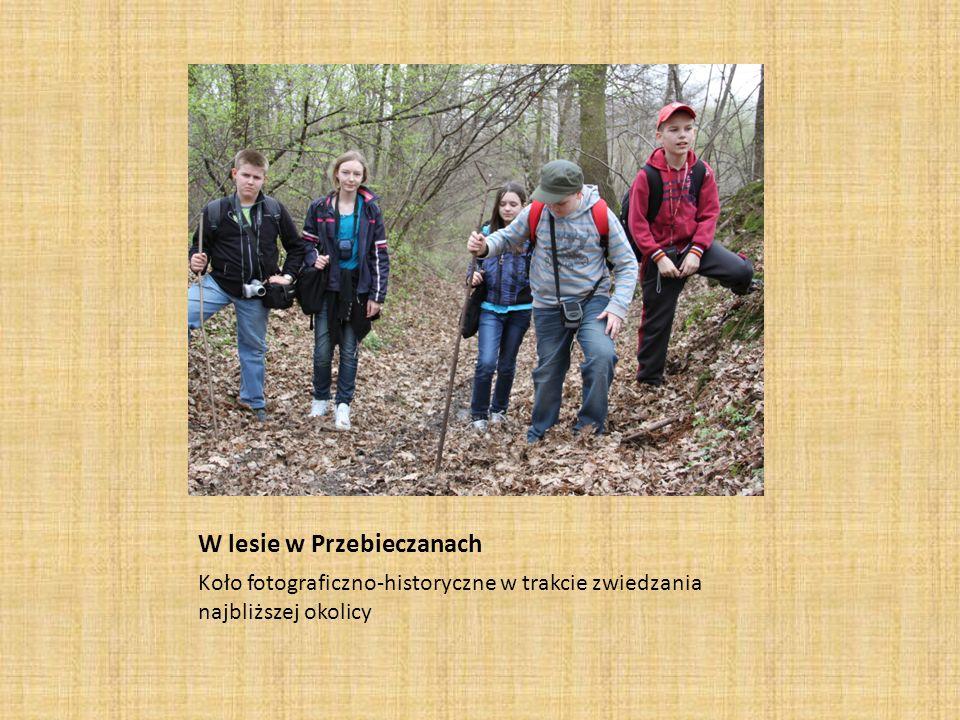 W lesie w Przebieczanach Koło fotograficzno-historyczne w trakcie zwiedzania najbliższej okolicy