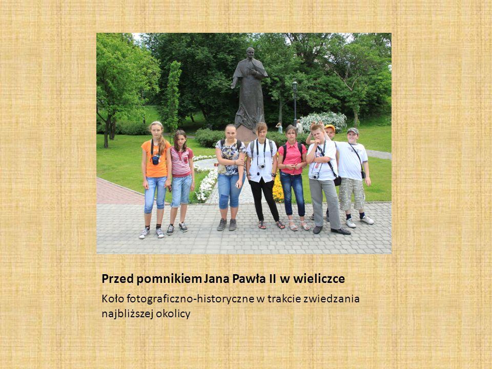 Przed pomnikiem Jana Pawła II w wieliczce Koło fotograficzno-historyczne w trakcie zwiedzania najbliższej okolicy