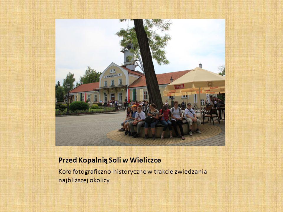 Przed Kopalnią Soli w Wieliczce Koło fotograficzno-historyczne w trakcie zwiedzania najbliższej okolicy