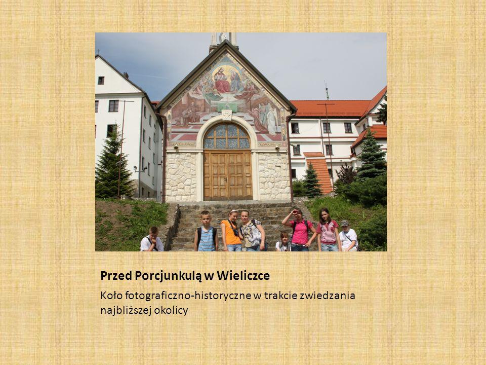 Przed Porcjunkulą w Wieliczce Koło fotograficzno-historyczne w trakcie zwiedzania najbliższej okolicy