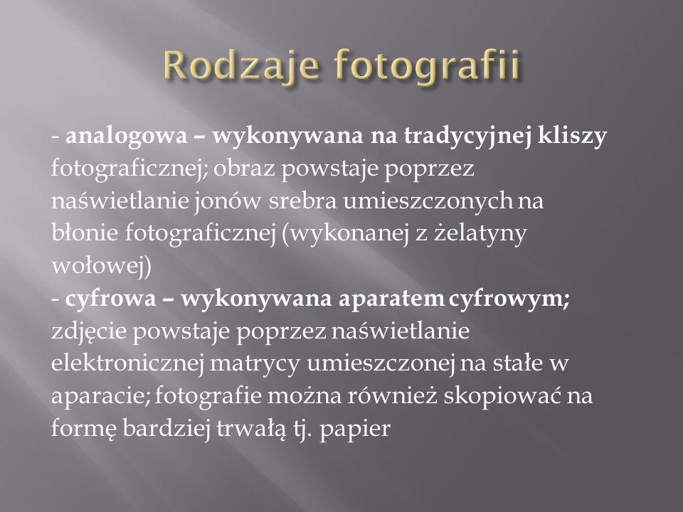 - analogowa – wykonywana na tradycyjnej kliszy fotograficznej; obraz powstaje poprzez naświetlanie jonów srebra umieszczonych na błonie fotograficznej (wykonanej z żelatyny wołowej) - cyfrowa – wykonywana aparatem cyfrowym; zdjęcie powstaje poprzez naświetlanie elektronicznej matrycy umieszczonej na stałe w aparacie; fotografie można również skopiować na formę bardziej trwałą tj.