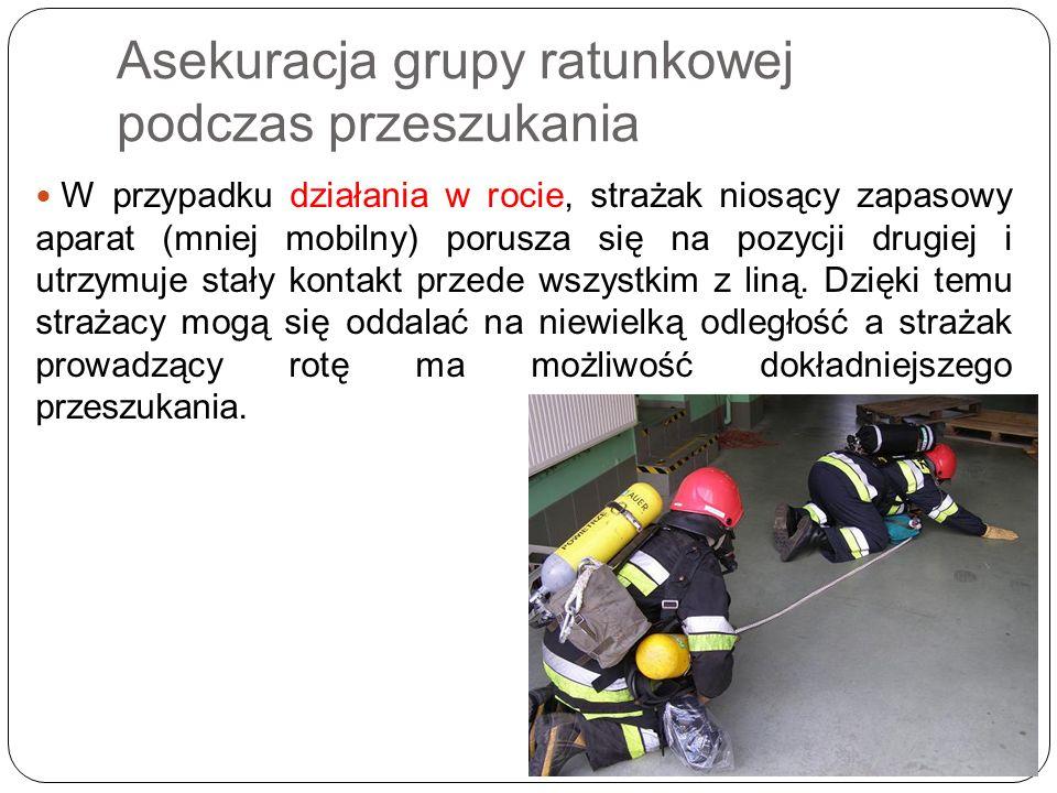 W przypadku działania w rocie, strażak niosący zapasowy aparat (mniej mobilny) porusza się na pozycji drugiej i utrzymuje stały kontakt przede wszystk