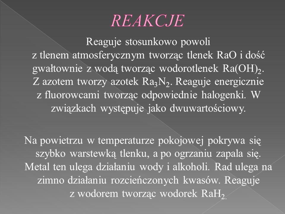 Reaguje stosunkowo powoli z tlenem atmosferycznym tworząc tlenek RaO i dość gwałtownie z wodą tworząc wodorotlenek Ra(OH) 2. Z azotem tworzy azotek Ra