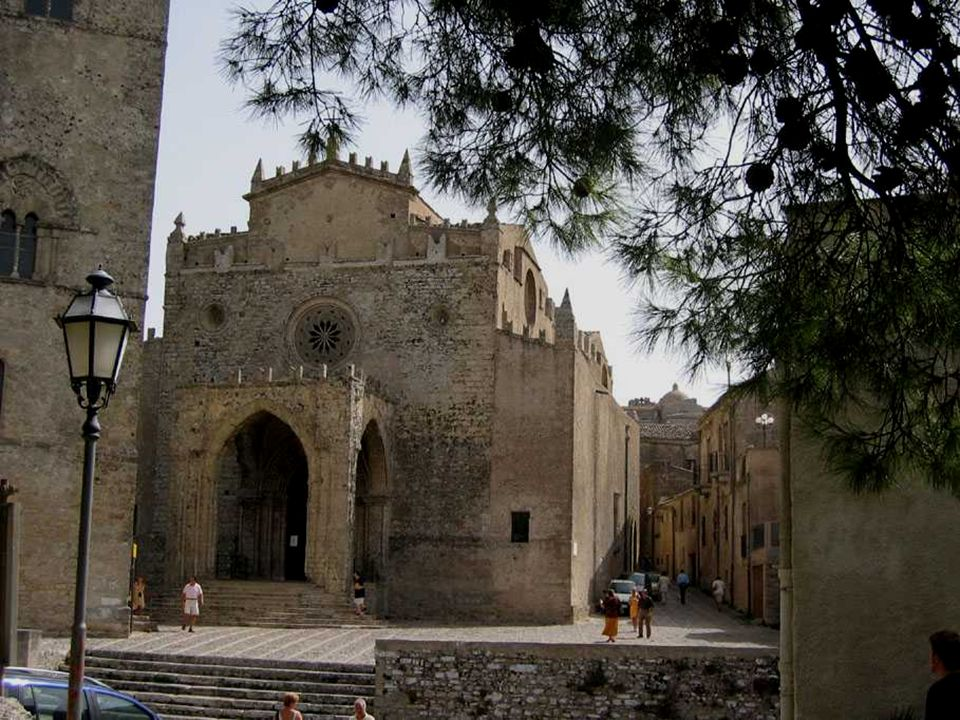 KOŚCIÓŁ - CHIESA MADRE Santa María della Asunta, z XIV w. Zbudowany w okresie panowania Fryderyka II Sycylijskiego.