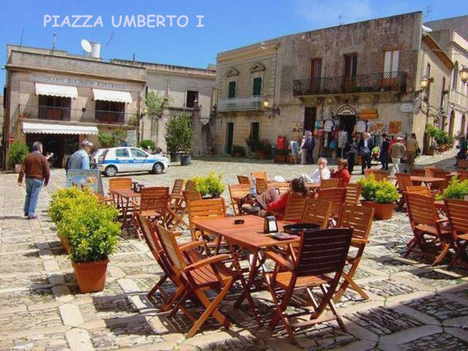 Przy dużym centralnym placu miasta, Piazza Umberto I. znajduje się ratusz (Palazzo Municipale),muzeum Cordici oraz bogata biblioteka Carvini Vito. Inn