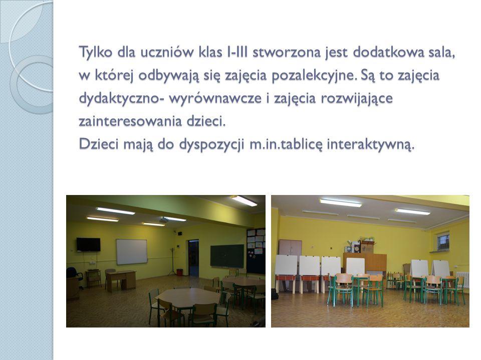 Uczniowie naszej szkoły korzystają z biblioteki i nowocześnie urządzonej czytelni, która pełni funkcję multimedialnego centrum informacyjnego.