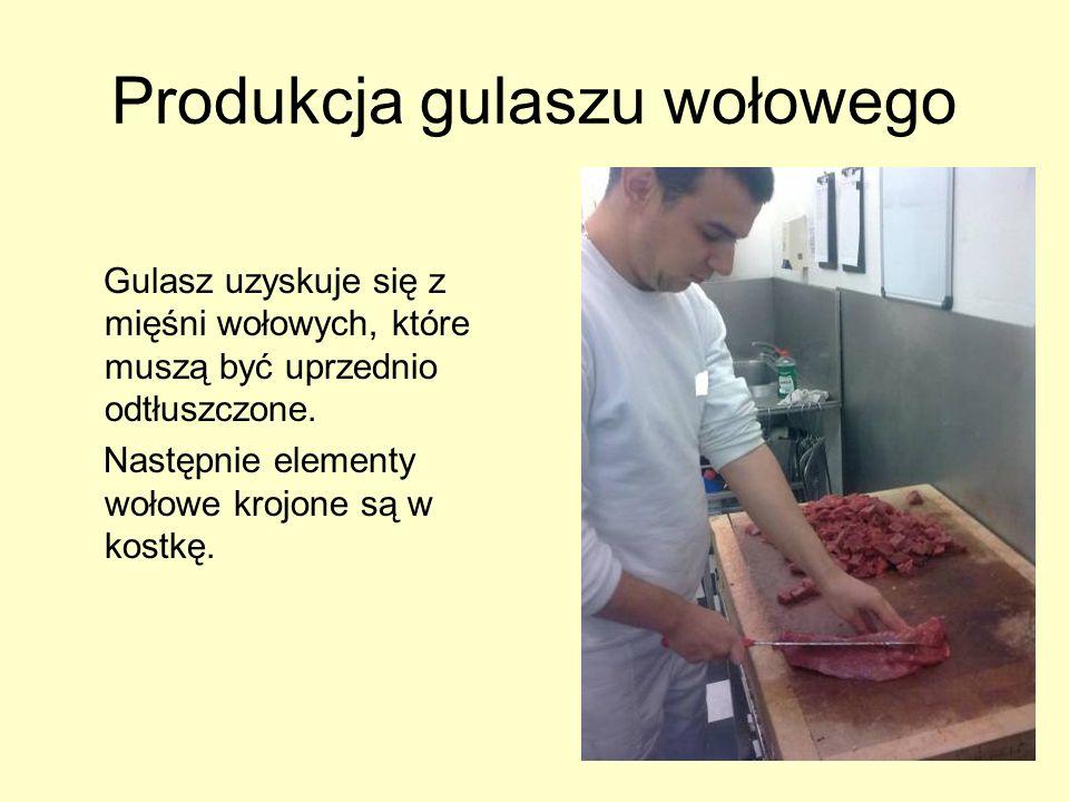 Produkcja gulaszu wołowego Gulasz uzyskuje się z mięśni wołowych, które muszą być uprzednio odtłuszczone. Następnie elementy wołowe krojone są w kostk