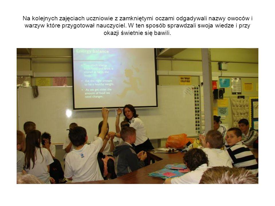 Na kolejnych zajęciach uczniowie z zamkniętymi oczami odgadywali nazwy owoców i warzyw które przygotował nauczyciel. W ten sposób sprawdzali swoja wie