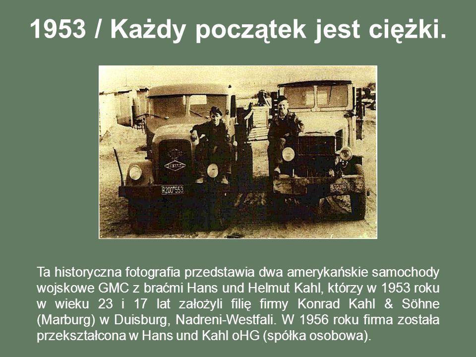 1953 / Każdy początek jest ciężki. Ta historyczna fotografia przedstawia dwa amerykańskie samochody wojskowe GMC z braćmi Hans und Helmut Kahl, którzy