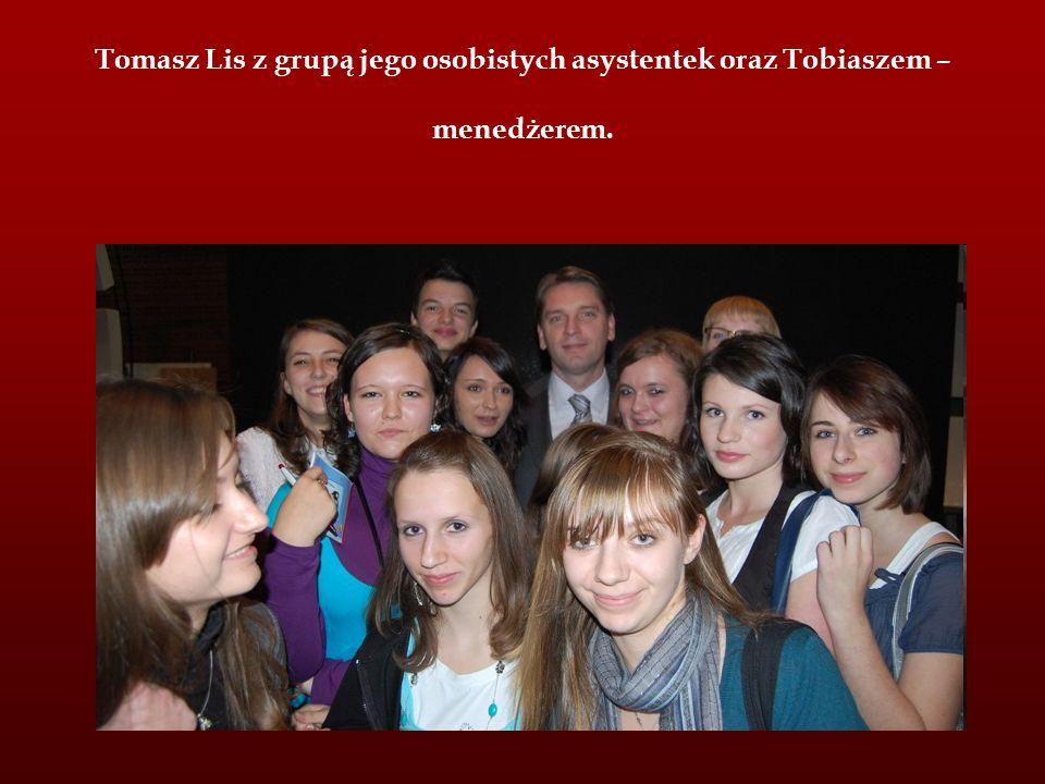 Tomasz Lis z grupą jego osobistych asystentek oraz Tobiaszem – menedżerem.