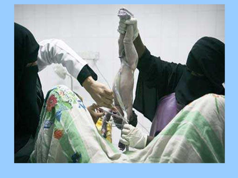 Odzież szpitalna Gdy kobieta jest w ciąży, Afgańczycy mówią, że jest chora. 97% kobiet afgańskich rodzi w domu. Zakazane jest, aby poród odbierał leka