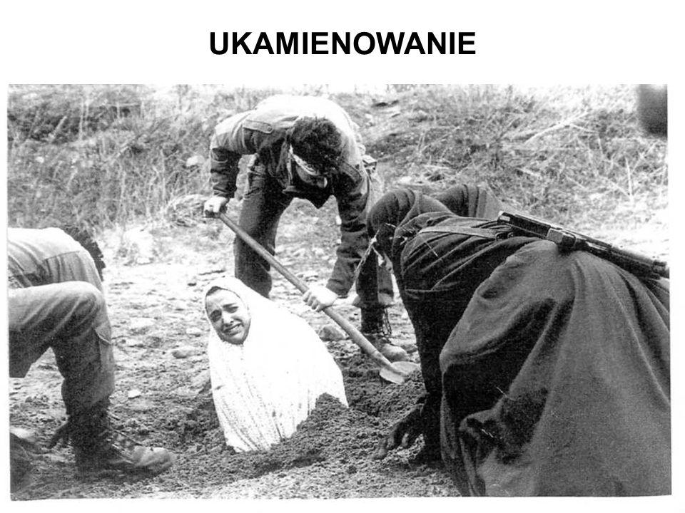 Karą za cudzołóstwo jest ukamienowanie kobiety. Kobietę zakopuje się do klatki piersiowej na dnie dołu. Skazana jest obrzucana kamieniami dopóki nie n
