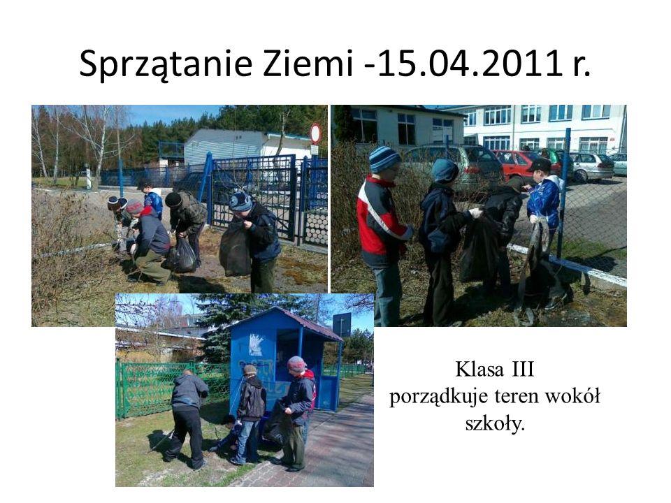 Sprzątanie Ziemi -15.04.2011 r. Klasa III porządkuje teren wokół szkoły.