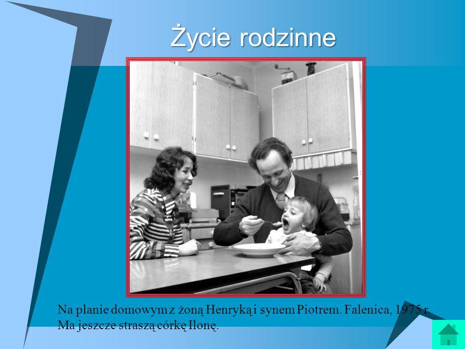 Życie rodzinne Na planie domowym z żoną Henryką i synem Piotrem. Falenica, 1975 r. Ma jeszcze straszą córkę Ilonę.