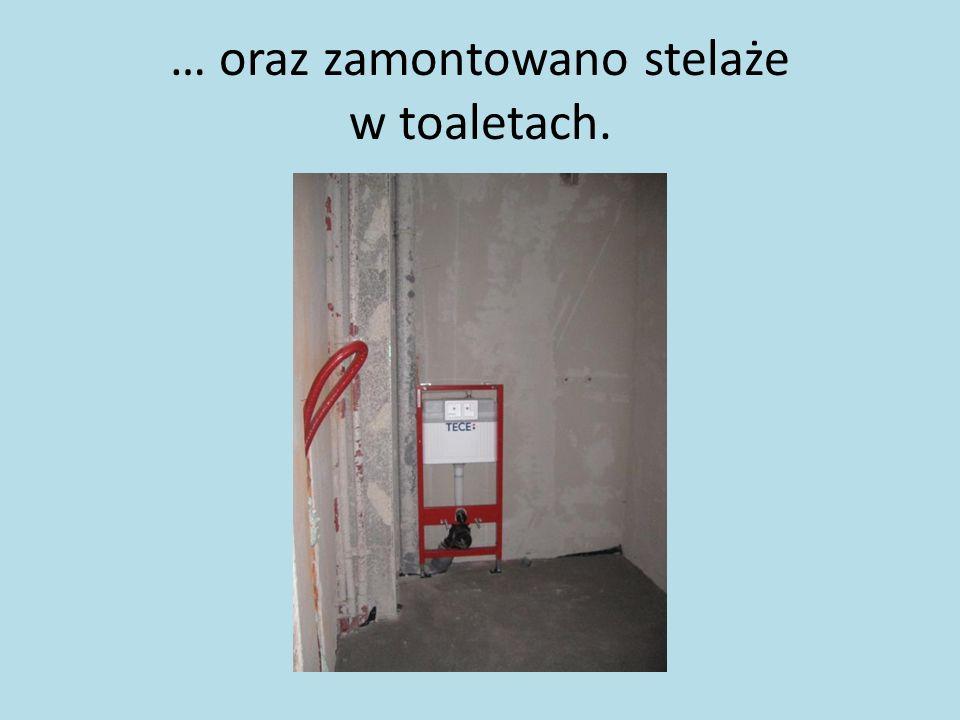 … oraz zamontowano stelaże w toaletach.