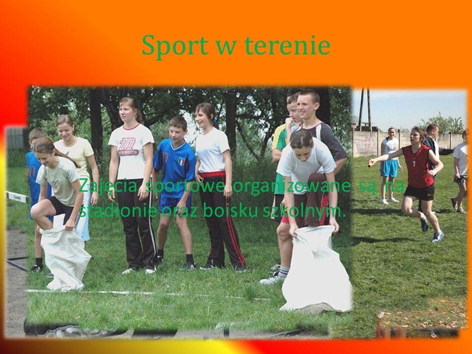 Sport w terenie Zajęcia sportowe organizowane są na stadionie oraz boisku szkolnym.