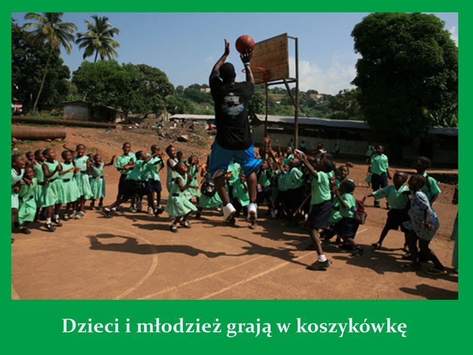 Dzieci i młodzież grają w koszykówkę
