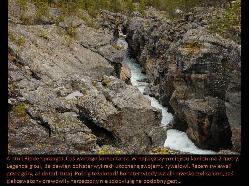 A oto i Ridderspranget. Coś wartego komentarza. W najwęższym miejscu kanion ma 2 metry. Legenda głosi, że pewien bohater wykradł ukochaną swojemu rywa