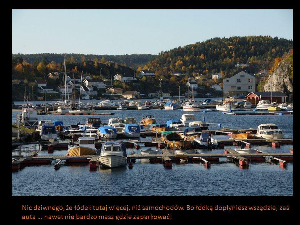Nic dziwnego, że łódek tutaj więcej, niż samochodów. Bo łódką dopłyniesz wszędzie, zaś auta … nawet nie bardzo masz gdzie zaparkować!