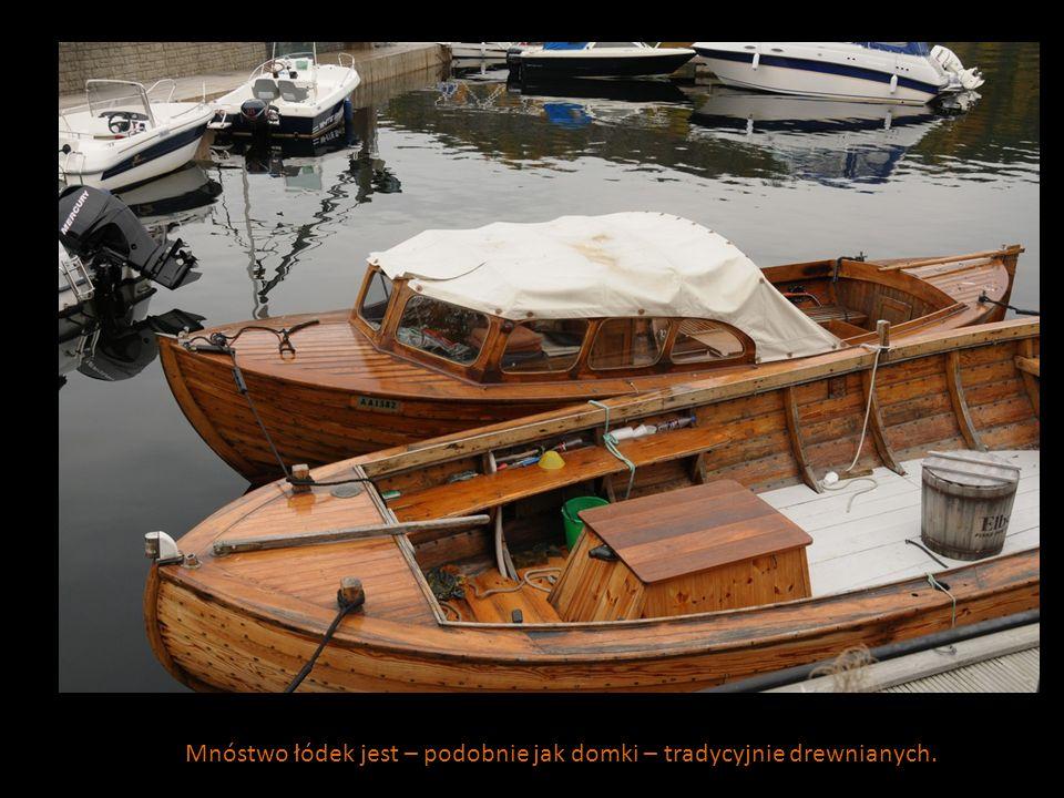 Mnóstwo łódek jest – podobnie jak domki – tradycyjnie drewnianych.