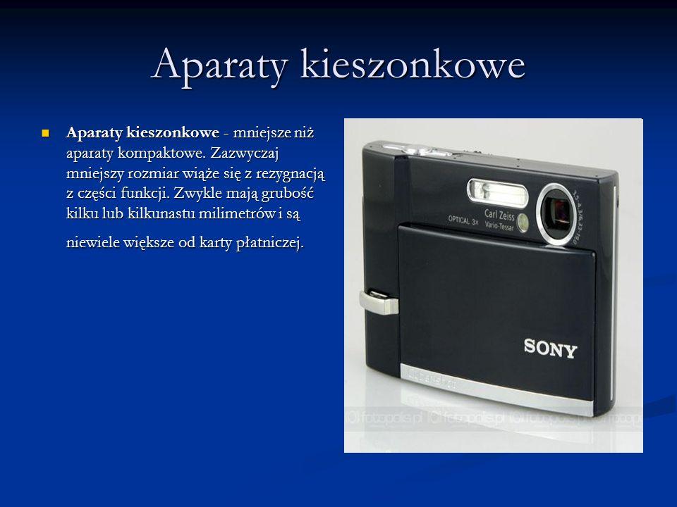 Aparaty kieszonkowe Aparaty kieszonkowe - mniejsze niż aparaty kompaktowe. Zazwyczaj mniejszy rozmiar wiąże się z rezygnacją z części funkcji. Zwykle