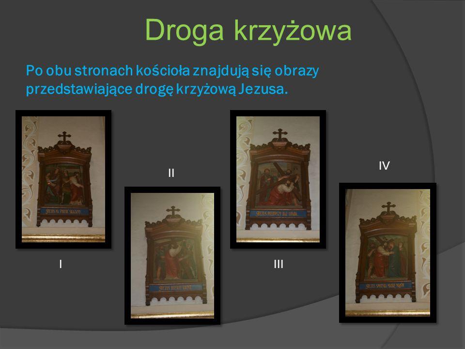 Po obu stronach kościoła znajdują się obrazy przedstawiające drogę krzyżową Jezusa.