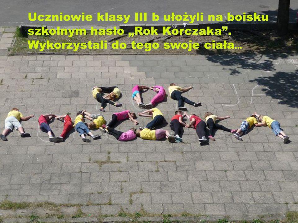 Uczniowie klasy III b ułożyli na boisku szkolnym hasło Rok Korczaka. Wykorzystali do tego swoje ciała …