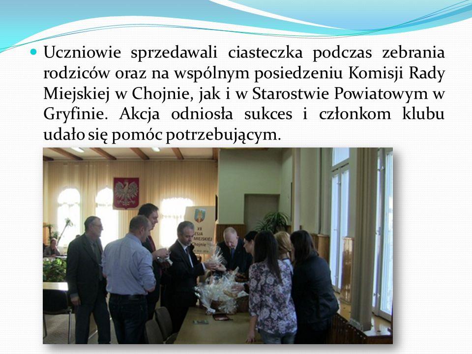 Uczniowie sprzedawali ciasteczka podczas zebrania rodziców oraz na wspólnym posiedzeniu Komisji Rady Miejskiej w Chojnie, jak i w Starostwie Powiatowym w Gryfinie.