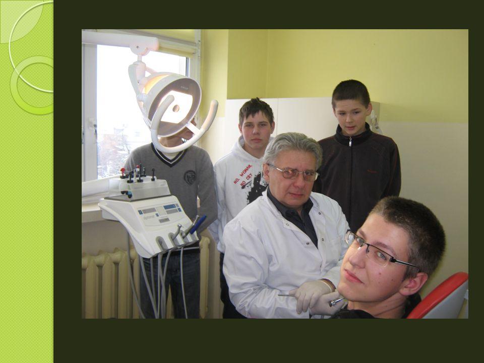 Uczniowie brali z lekarzem rodzinnym z miejscowej przychodni, panem Łukaszem Korczakiem.