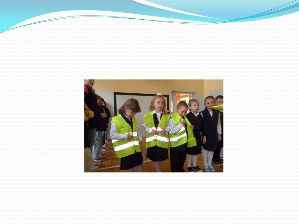 W klasach I-III odbywały się zajęcia na temat bezpieczeństwa dzieci na drodze i zasad ruchu drogowego.
