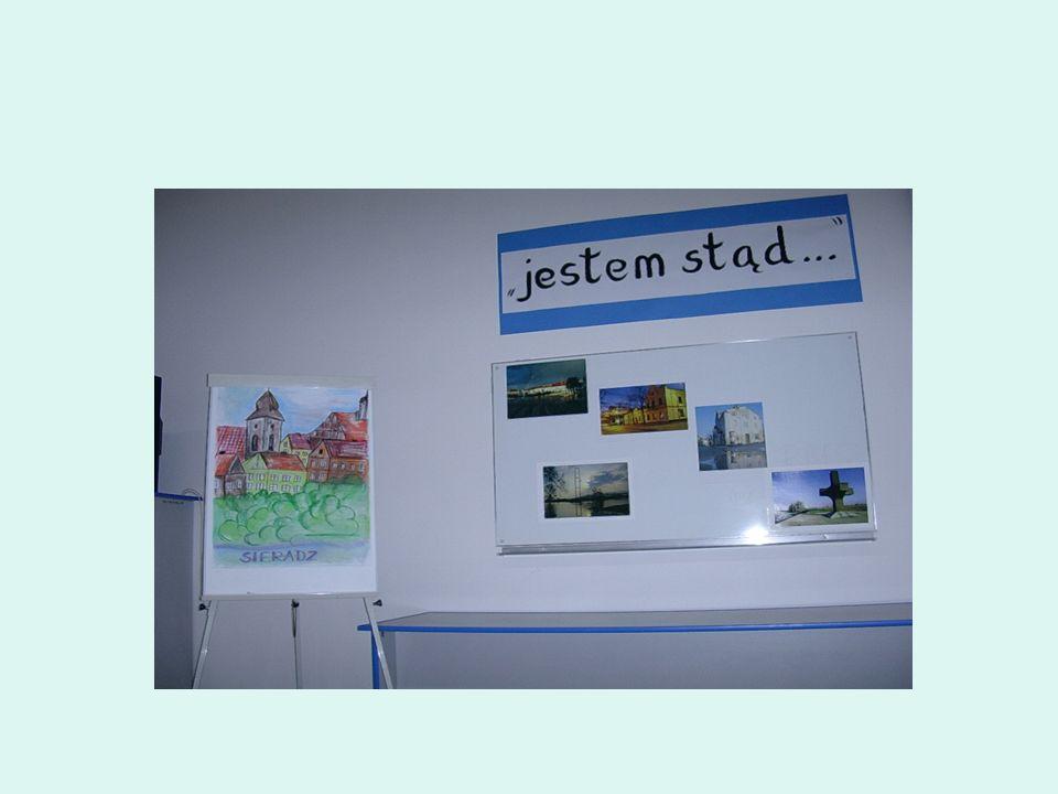 Pierwsze z nich to dekoracja sali, na której odbyła się konferencja podsumowująca program dla szkół gimnazjalnych regionu sieradzkiego pod nazwą jeste