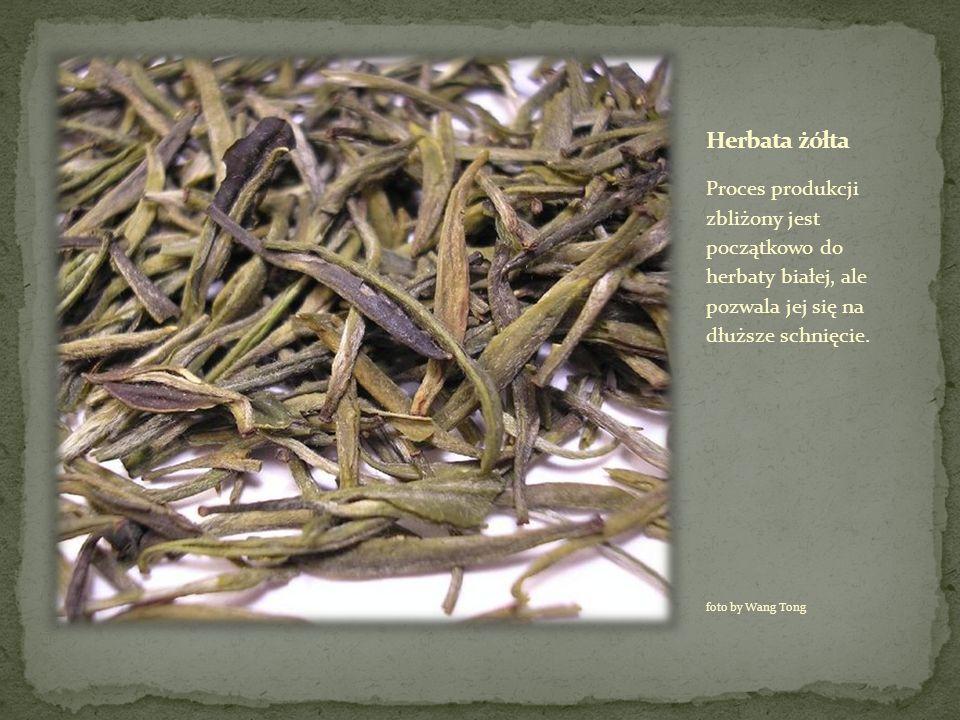 Proces produkcji zbliżony jest początkowo do herbaty białej, ale pozwala jej się na dłuższe schnięcie. foto by Wang Tong