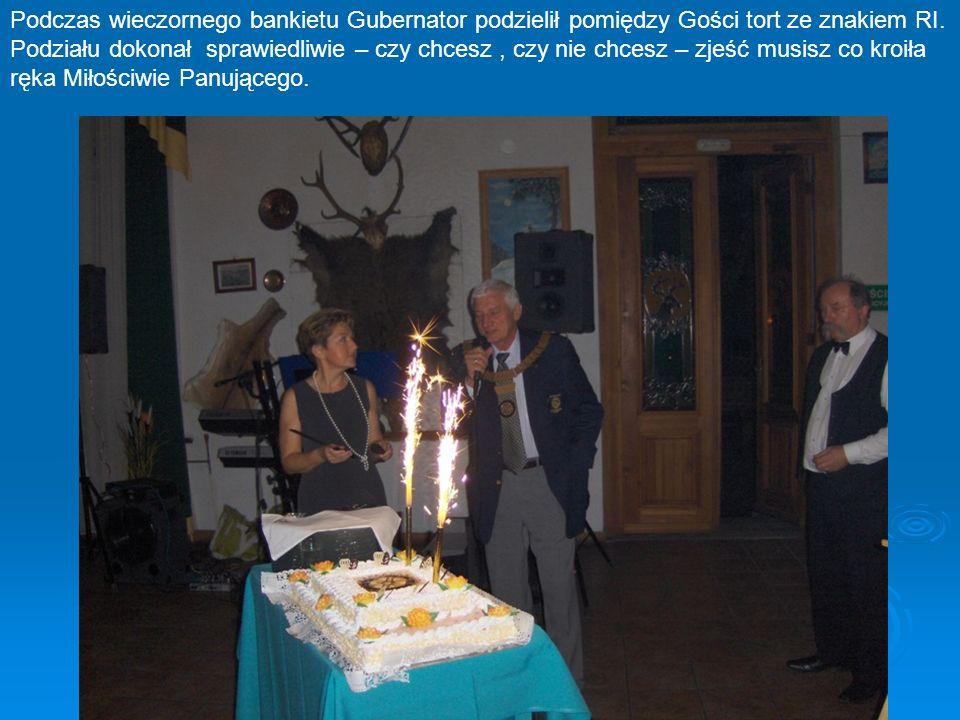 Podczas wieczornego bankietu Gubernator podzielił pomiędzy Gości tort ze znakiem RI. Podziału dokonał sprawiedliwie – czy chcesz, czy nie chcesz – zje