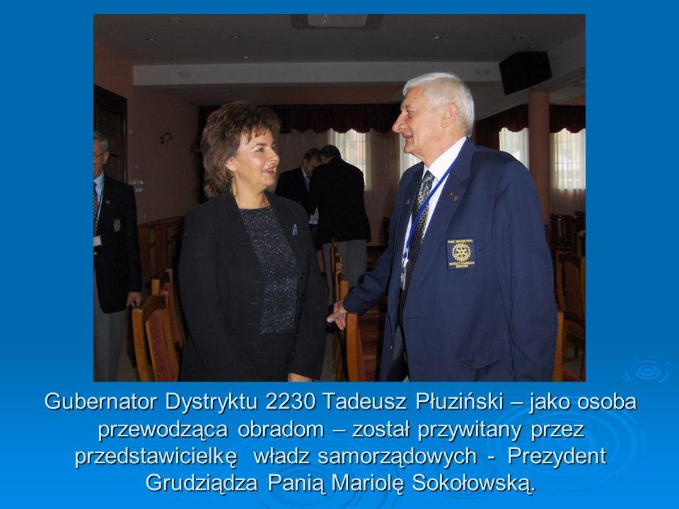 Gubernator Dystryktu 2230 Tadeusz Płuziński – jako osoba przewodząca obradom – został przywitany przez przedstawicielkę władz samorządowych - Prezyden