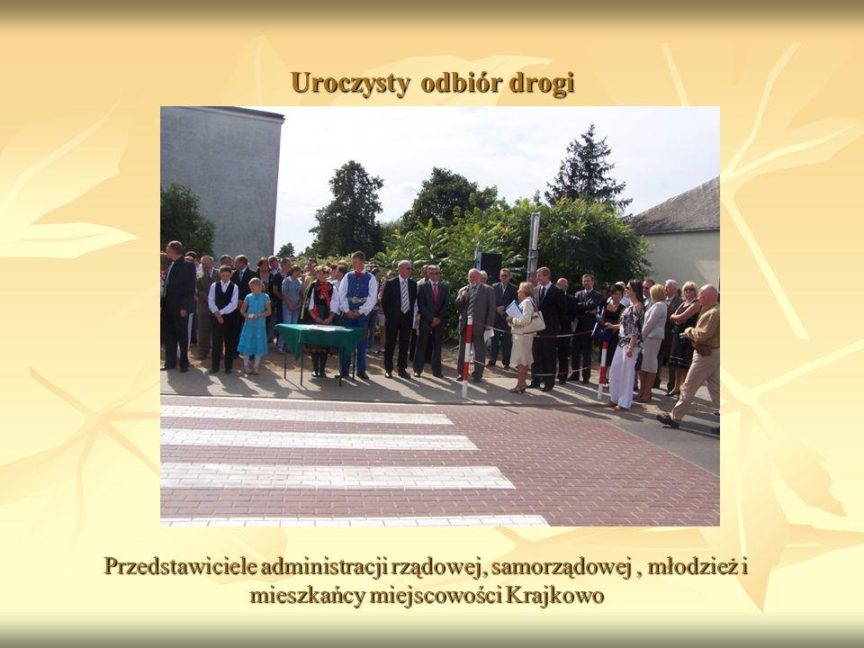 Uroczysty odbiór drogi Przedstawiciele administracji rządowej, samorządowej, młodzież i mieszkańcy miejscowości Krajkowo