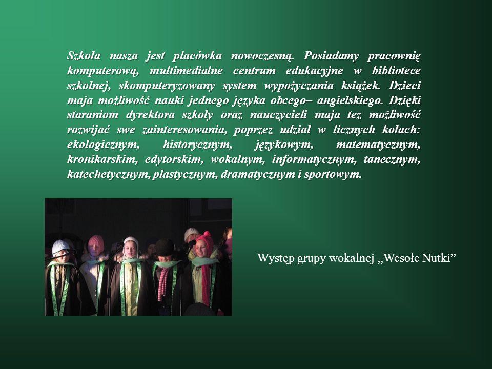 Występ grupy wokalnej,,Wesołe Nutki Szkoła nasza jest placówka nowoczesną. Posiadamy pracownię komputerową, multimedialne centrum edukacyjne w bibliot