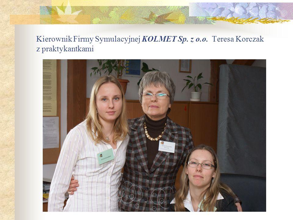Kierownik Firmy Symulacyjnej KOLMET Sp. z o.o. Teresa Korczak z praktykantkami
