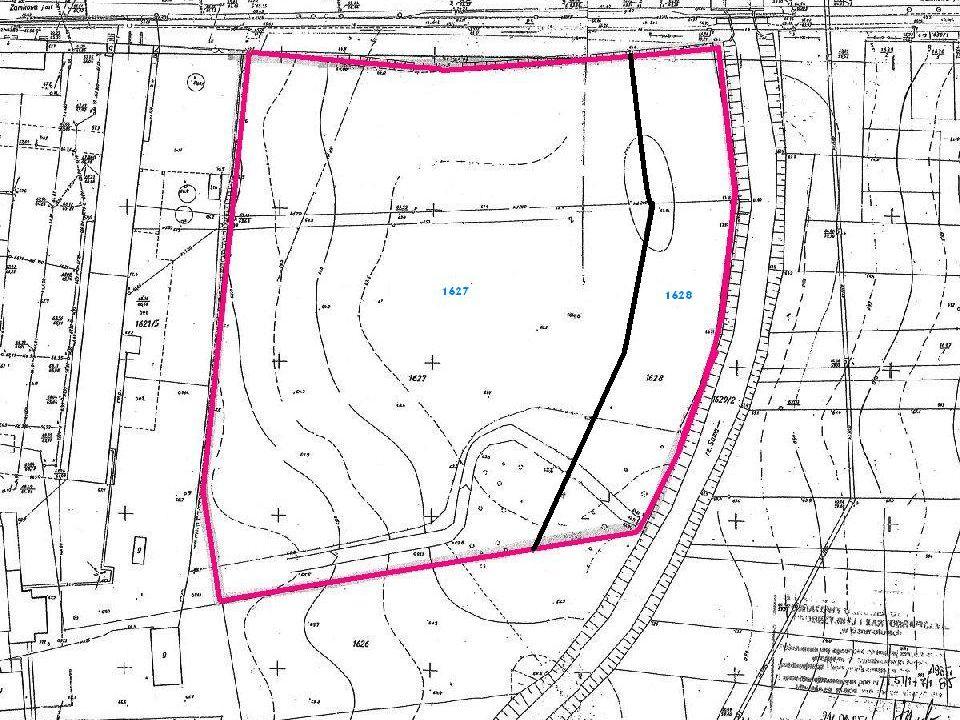 OPIS NIERUCHOMOŚCI Nieruchomość wystawiona na sprzedaż położona jest w obrębie Szamotuł i obejmuje działki ewidencyjne nr: 1627 o powierzchni 2.1574ha, w tym: grunty orne - R IVa 1.9122ha, tereny rekreacyjno- wypoczynkowe -Bz 0.2452ha; 1628 o powierzchni 0.4847ha, w tym: grunty orne - R IVa 0.3647ha, tereny rekreacyjno- wypoczynkowe - Bz 0.1200ha, łącznie to powierzchnia 2.6421ha; Księga wieczysta Nr 49527 prowadzona przez V Wydział Ksiąg Wieczystych Sądu Rejonowego w Szamotułach; Nieruchomość położona jest w granicach obszaru wpisanego do rejestru zabytków, nr rejestru 486/A – decyzją nr WD 4151/1969/1GR/2007 z dnia 28 czerwca 2008r.