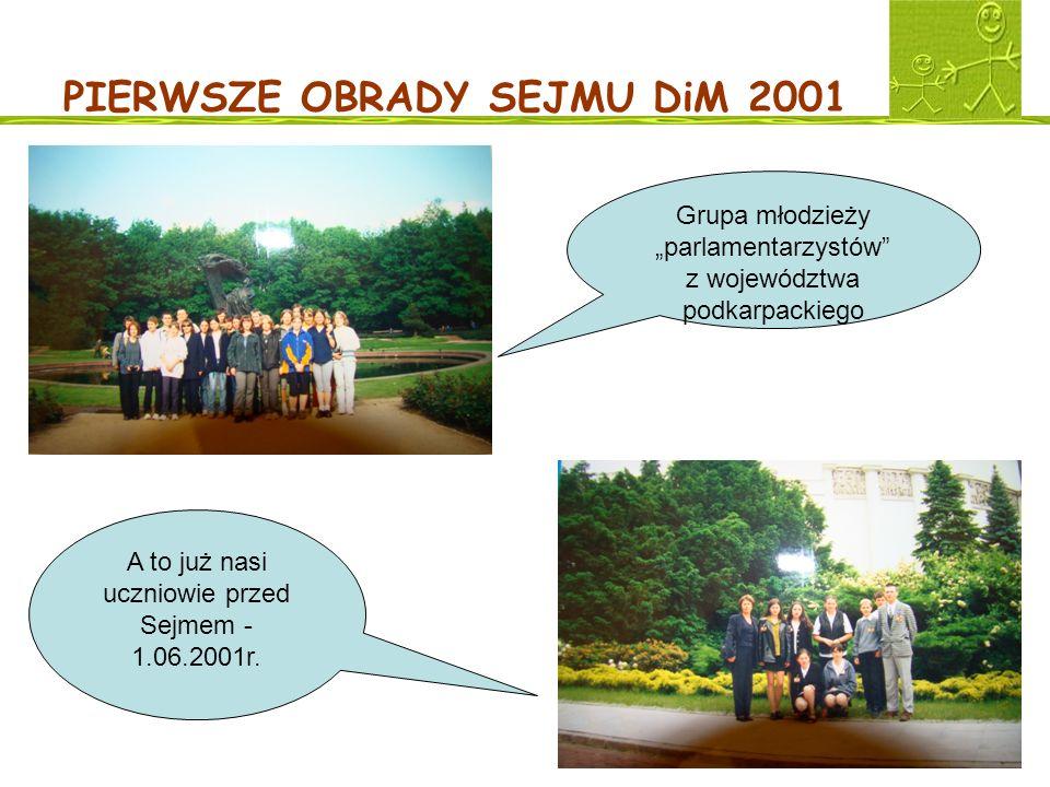 PIERWSZE OBRADY SEJMU DiM 2001 Grupa młodzieży parlamentarzystów z województwa podkarpackiego A to już nasi uczniowie przed Sejmem - 1.06.2001r.