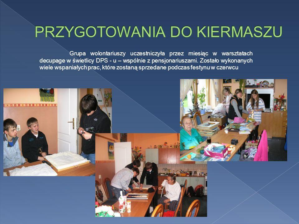 Grupa wolontariuszy uczestniczyła przez miesiąc w warsztatach decupage w świetlicy DPS - u – wspólnie z pensjonariuszami.