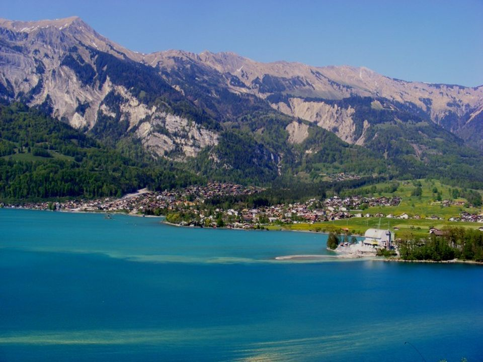 Witam we wspaniałym szwajcarskim kurorcie alpejskim Axalp.Miejscowość położona jest nad malowniczym jeziorem Brienz.Widok jeziora towarzyszy nam cały czas.W tym roku z powodu małych opadów śniegu w Alpach,poziom wody jest dosyć niski,co widać.Po obejrzeniu pięknego wodospadu Giesbach,było mało czasu,aby wracać.Postanawiamy przenocować w Axalp.To wybitnie zimowy kurort ze wspaniałymi restauracjami oraz znakomitą stacją narciarską dla snowboardzistów.Droga do Axalp jest bardzo kręta.Wiosna dopiero tu puka o tej porze roku,kwitną pierwiosnki,a wieczorami jest bardzo zimno.Większość pensjonatów jest zamknięta.Życie tu kwitnie zimą.Nocleg znajdujemy w maleńkim i przyjemnym,pustym o tej porze roku, pensjonacie.Wiele domów jest tu na sprzedaż,ale też wiele nowych się buduje.To baza wypadowa na weekendy dla Szwajcarów.Zimą jest to cudowne miejsce,ale o każdej porze roku można tu odpocząć.