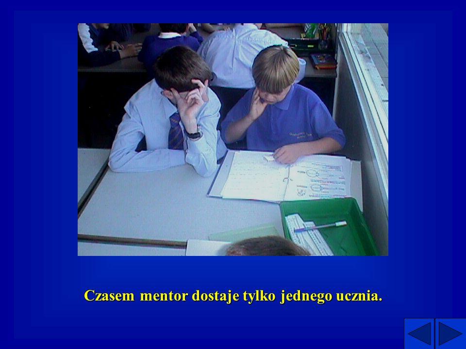 Projekt w dzialaniu Mentorowie spotykaja sie z uczniami 3-5 razy miedzy kwietniem a lipcem w szkole podstawowej podstawowej.