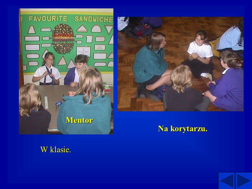 Chlopcy mentoruja dwie grupy dziewczynek.