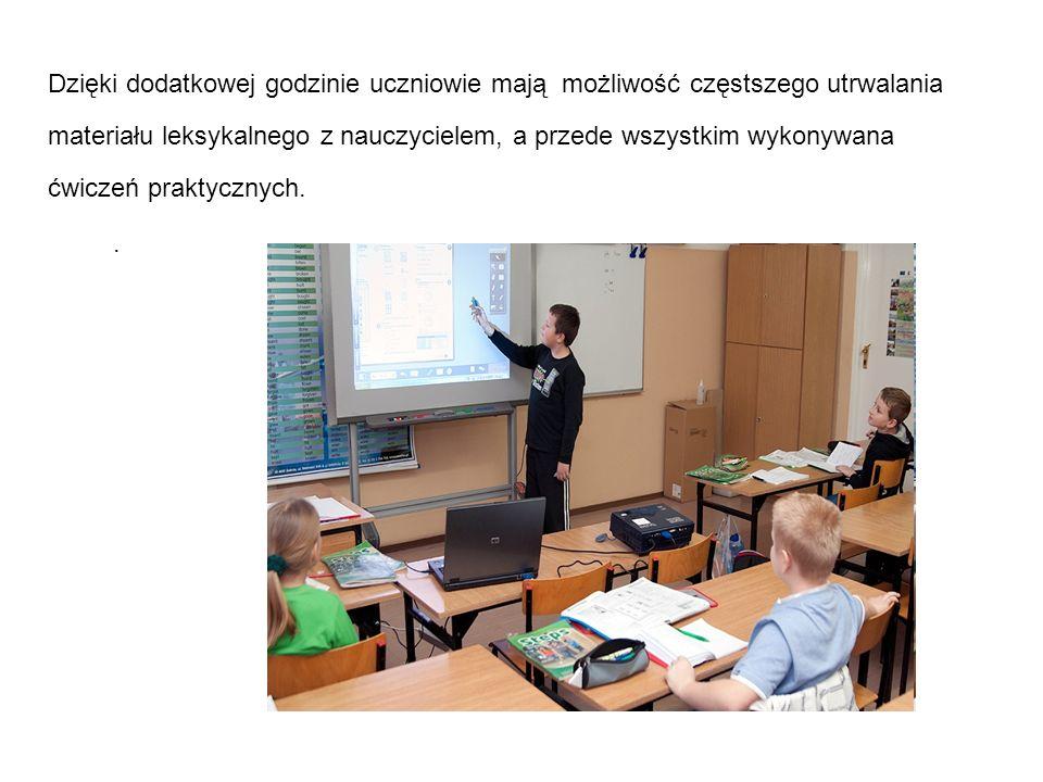 . Dzięki dodatkowej godzinie uczniowie mają możliwość częstszego utrwalania materiału leksykalnego z nauczycielem, a przede wszystkim wykonywana ćwicz