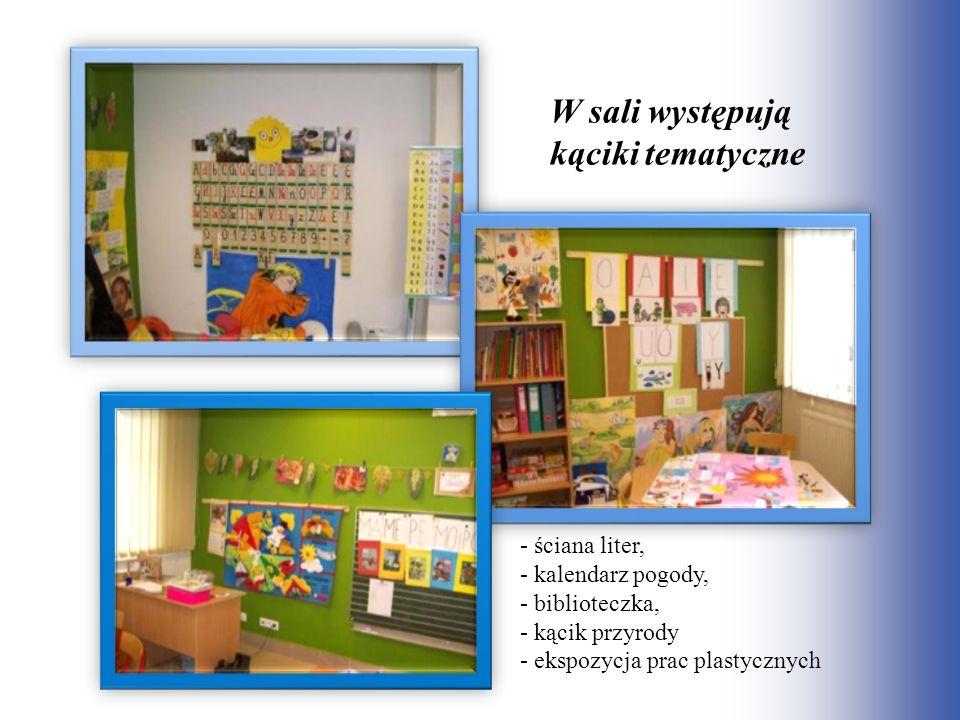 W sali występują kąciki tematyczne - ściana liter, - kalendarz pogody, - biblioteczka, - kącik przyrody - ekspozycja prac plastycznych