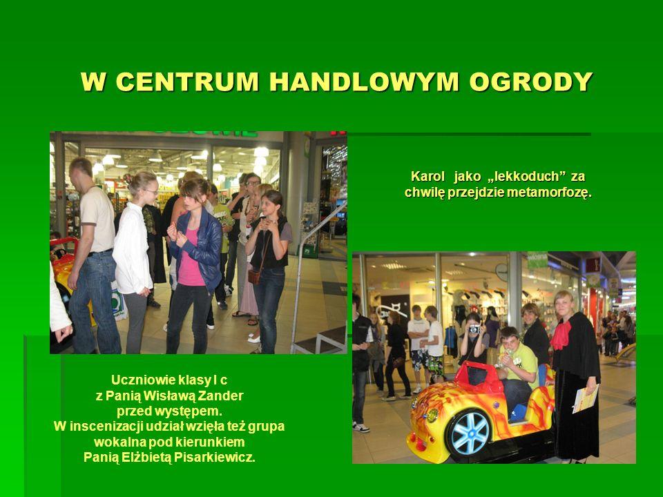 W CENTRUM HANDLOWYM OGRODY Uczniowie klasy I c z Panią Wisławą Zander przed występem.