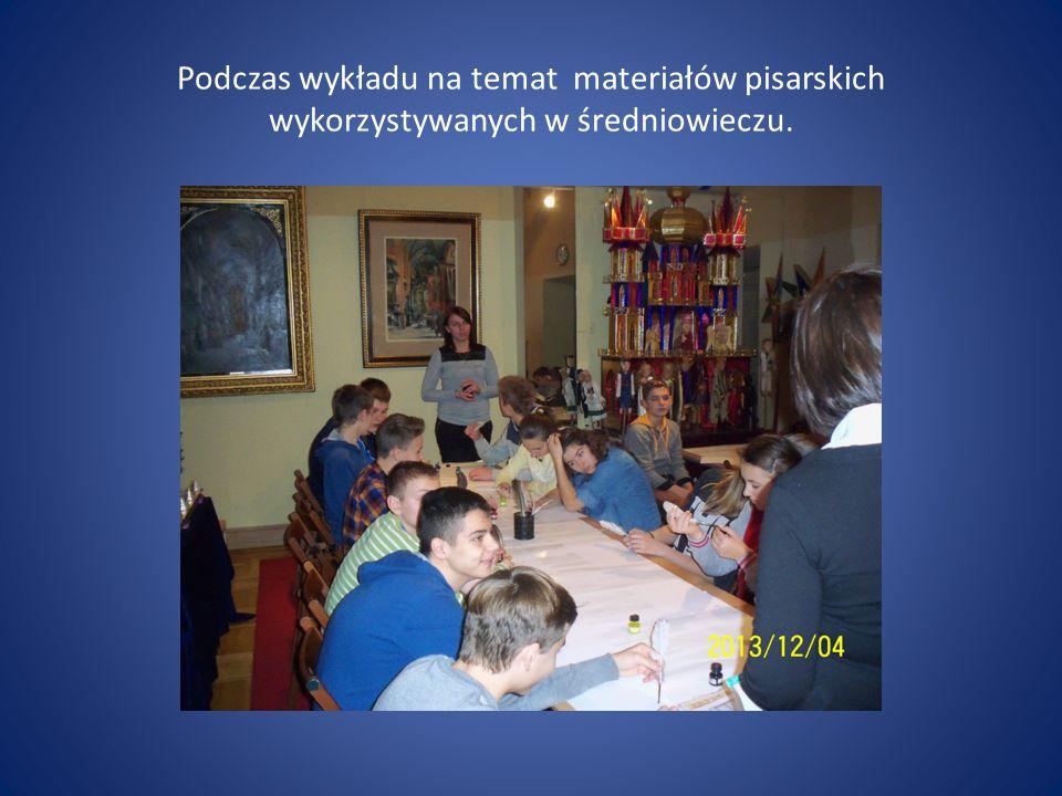 Podczas wykładu na temat materiałów pisarskich wykorzystywanych w średniowieczu.